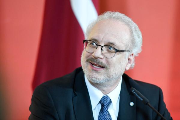 Latvijos prezidentas ragina skubiai įvesti reikalavimą kai kuriems darbuotojams skiepytis